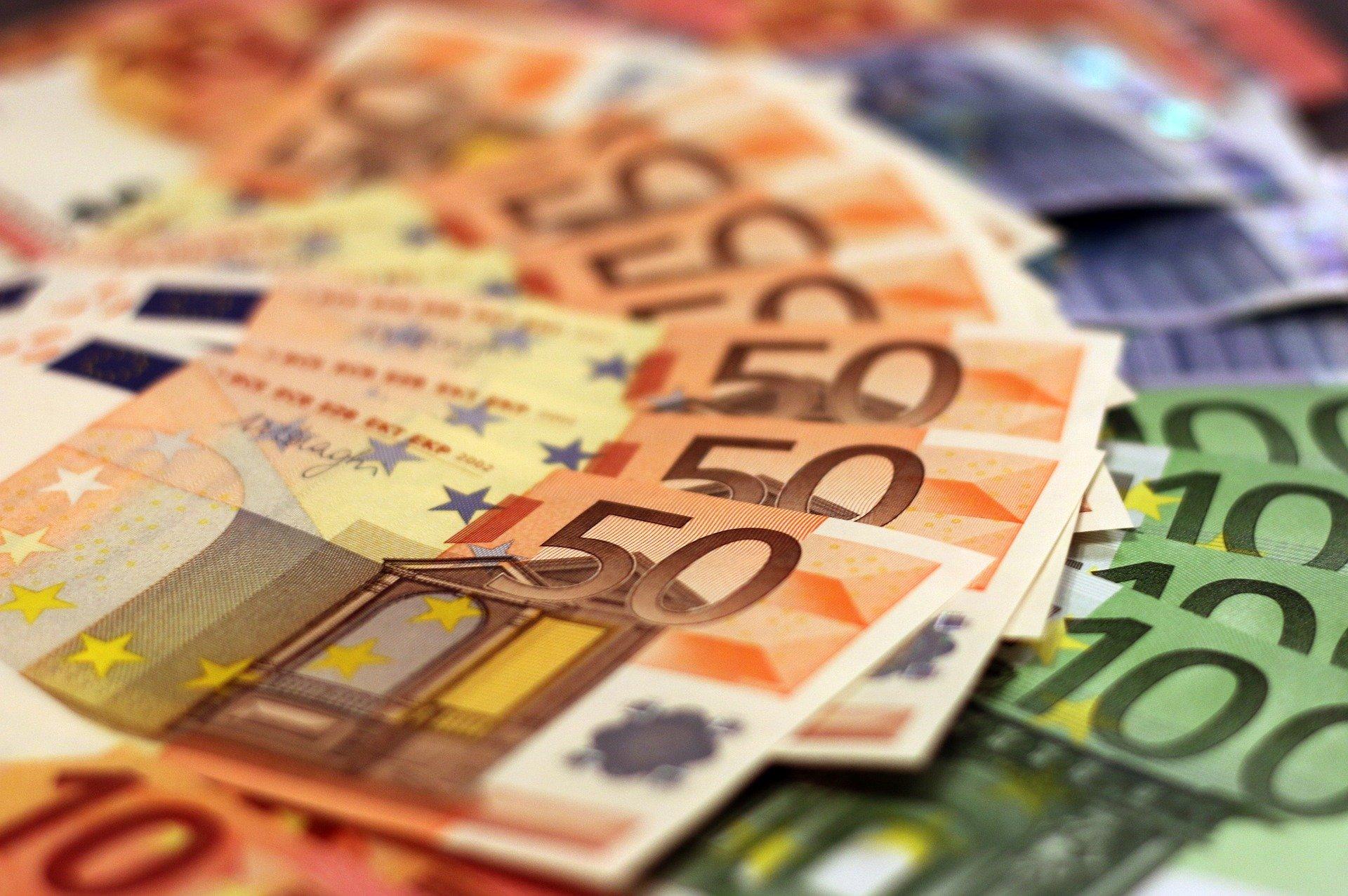 Eerlijkheid bestaat: Belg vindt 10.000 euro en brengt het naar de politie